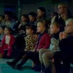 зрители смотрят спектакль Золотой океан